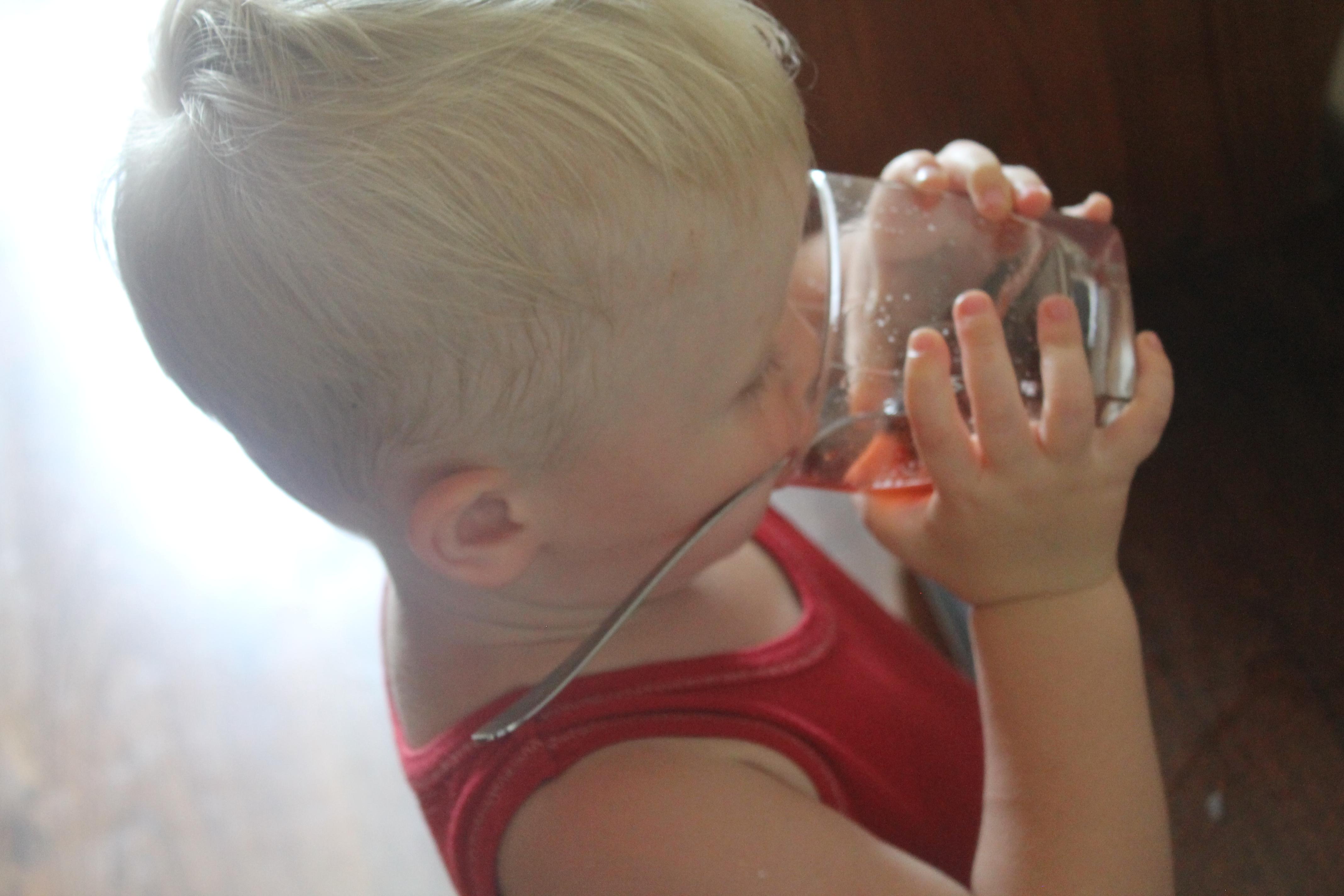 dziecko pijace wode smakowa naszadrogado