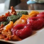 Jak przemycić niejadkom warzywa w posiłkach? Przepis na kolorowe kluski śląskie z warzywami