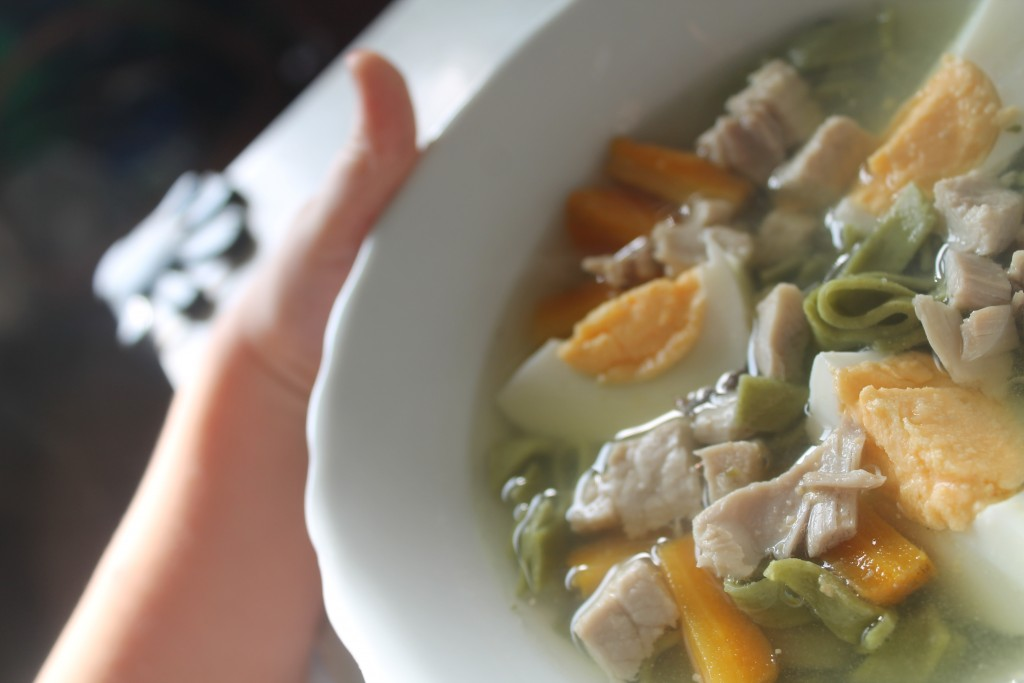 zielona zupa z groszkiem i bez groszku i szpinakiem - nasza droga do