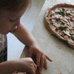 Idealna pizza dla dzieci. Pizza na makaronowym spodzie.