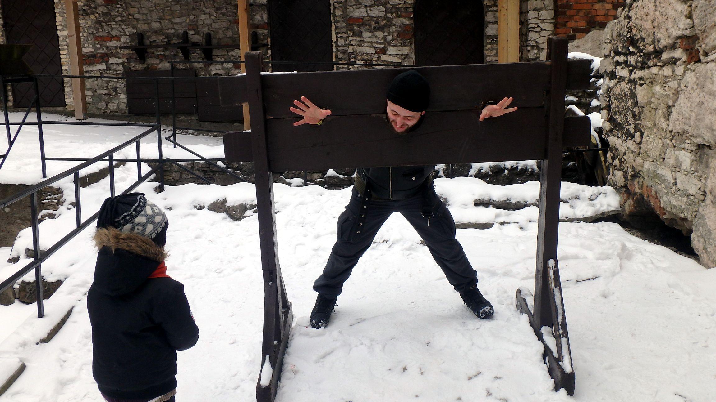 zamek ogrodzieniec w zimie